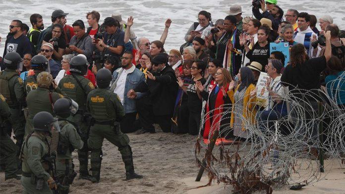 Manifestantes e a polícia na praia de San Diego foto Rebecca Blackwell AP