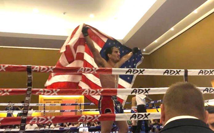 O mineiro Marcos Feitosa comemora a medalha de prata com a bandeira americana