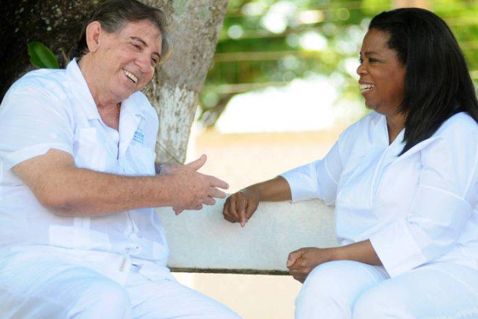 Oprah Winfrey visitou João de Deus em 2012 29.mar.2012-Monique RenneCBD.A Press
