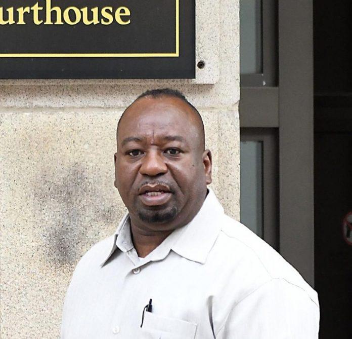 Peter J. Hicks, de 58 anos, compareceu à audiência na Corte Distrital de Worcester (MA)
