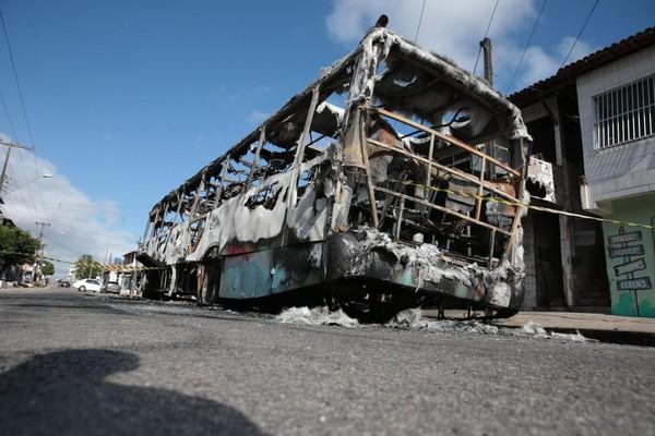 Ônibus incendiado na madrugada desta sexta-feira (4) em Fortaleza — Foto José Leomar SVM