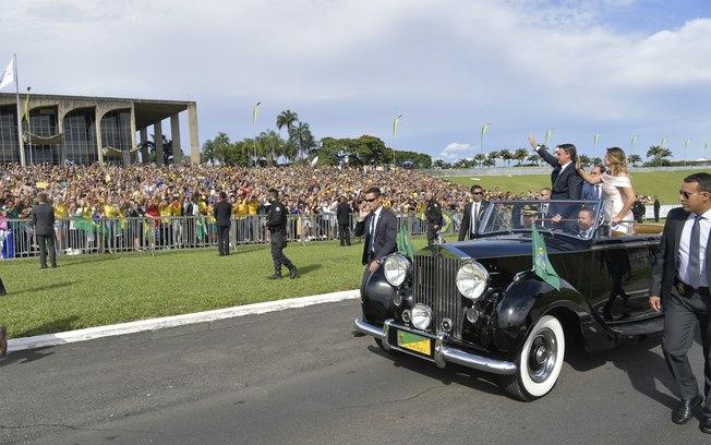 Bolsonaro e Michelle desfilam em carro aberto FOTO Agência Senado