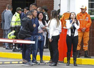 Familiares de vítimas se reúnem na entrada da Academia General Santander, em Bogotá, onde um carro-bomba explodiu — Foto AP Photo John Wilson Vizcaino