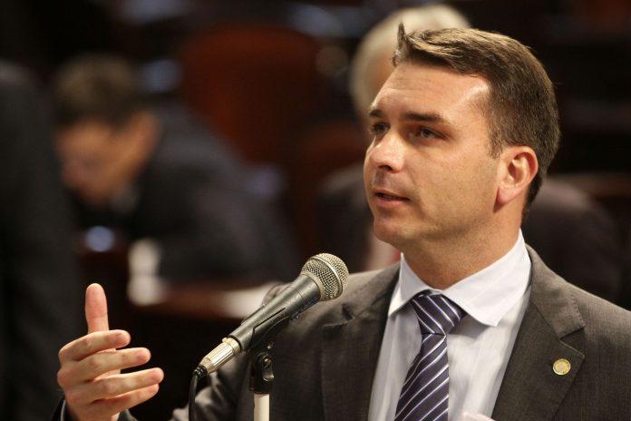 A partir de fevereiro, Flávio Bolsonaro passa a ter foro privilegiado no STF, mas a Corte terá que analisar o destino do processo