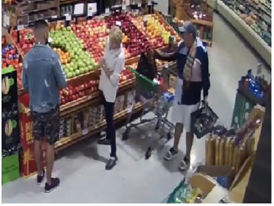 Homens distraem a mulher e levam sua carteira