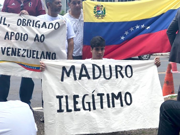Manifestantes contra Maduro (Foto: Aline Ramos/G1)
