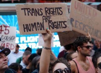 Manifestantes protestam em New York contra decisão de Trump de proibir transgêneros nas Forças Armadas, em 26 de julho — Foto Reuters Carlo Allegri