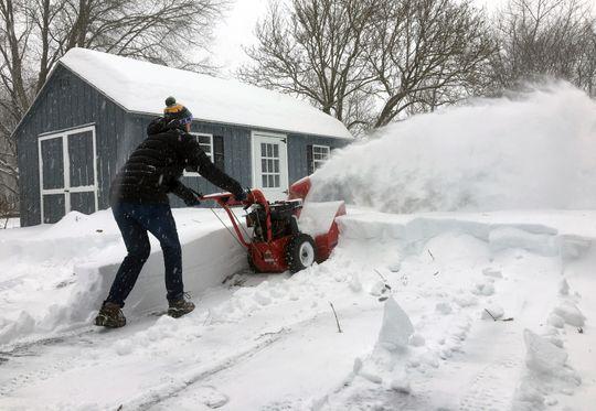 Moradores sofrem para tirar a neve das casas FOTO Mary Esch AP