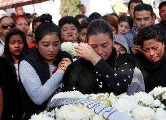 Mulher de um dos mortos na tragédia com oleoduto no México durante funeral do marido neste domingo (20) — Foto Henry Romero Reuters