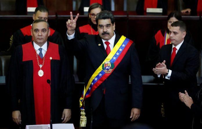 Nicolás Maduro recebe faixa presidencial durante cerimônia de posse como presidente da Venezuela (Foto: Carlos Garcia Rawlins/Reuters)
