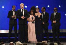 Nicolas Celis, Alfonso Cuaron, Yalitza Aparicio, Adam Gough, Marina De Tavira, Jeff Skoll e Eugenio Caballero recebem o prêmio de Melhor Filme. (Foto: AFPMatt Winkelmeyer)