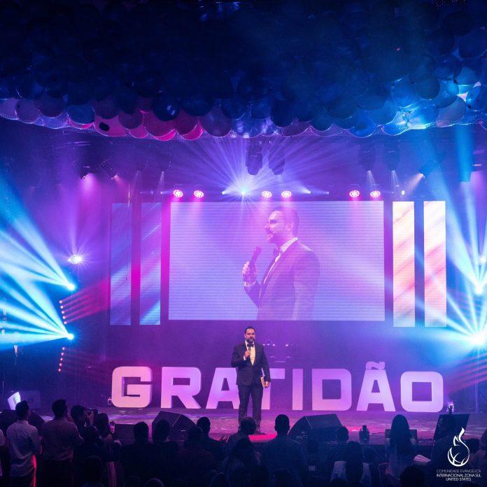 Pastor Dávila conduziu a contagem regressiva anunciando o novo ano
