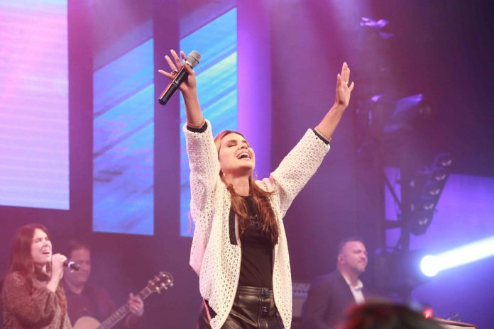 Aline Barros louva a Deus na CEIZS
