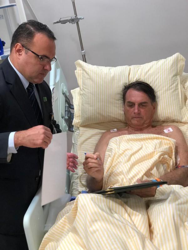 Primeira foto de Bolsonaro divulgada após cirurgia mostra presidente despachando no hospital — Foto Presidência da República