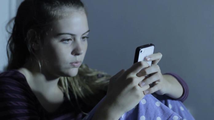 Pesquisadores constaram que a taxa de depressão mais elevada é devido ao assédio online, ao sono precário e a baixa autoestima, acentuada pelo tempo nas mídias sociais