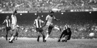 Pelé marcando um gol sobre a seleção do Paraguai na imagem do Canal 100