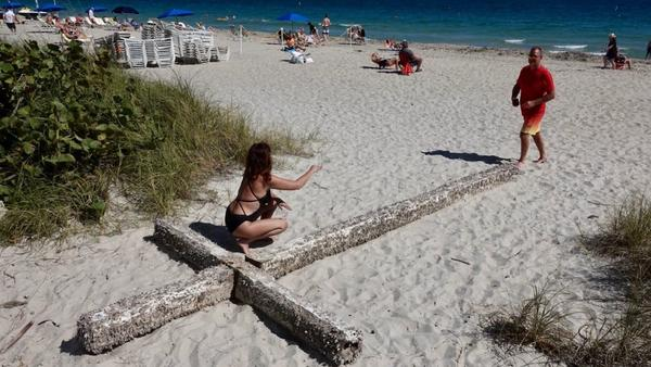 Cruz foi trazida pelo mar para a praia de Fort Lauderdale FOTO Joe Cavaretta, South Florida Sun Sentinel