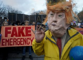 'Emergência falsa', diz cartaz em protesto contra declaração de emergência de Donald Trump — Foto Go Nakamura Reuters