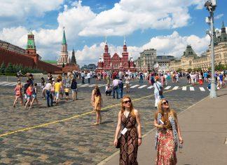 Turistas visitam a Red Square em Moscow, Russia