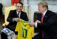 Bolsonaro e Trump trocaram camisas de times dos respectivos países FOTO Brendan Smialowski AFP