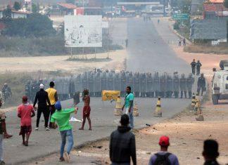Pessoas atiram pedras em membros da guarda nacional venezuelana, na fronteira, visto de Pacaraima, Brasil 24 de fevereiro de 2019 (Foto: REUTERS/Ricardo Moraes)