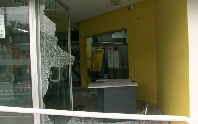 Agência bancária com vidro estilhaçado após ação de criminosos em Guararema, São Paulo
