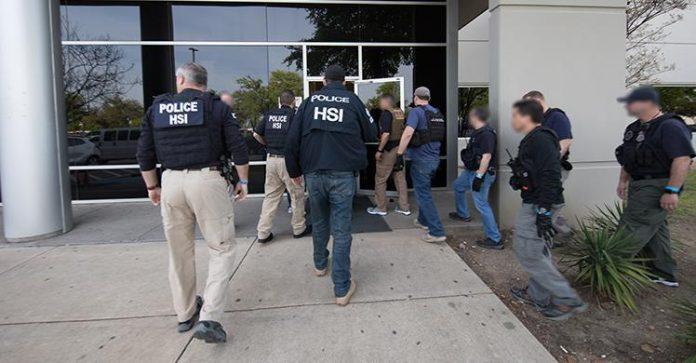 Agentes do ICE prenderam mais de 280 imigrantes em empresa no Texas