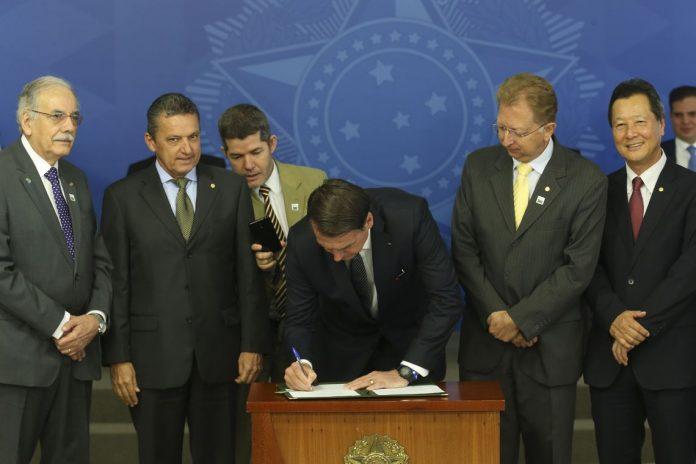 Bolsonaro assina decreto que coloca fim ao horário de verão FOTO Antonio Cruz - Agência Brasil