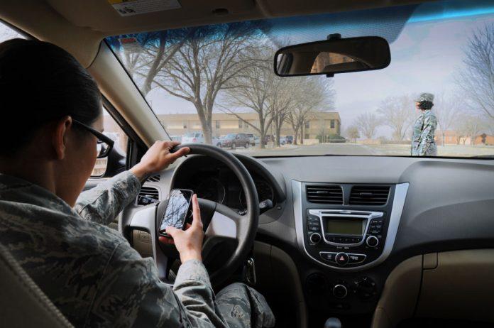 Punição para quem mexer ao celular enquanto dirige será mais severa na FL Crédito US Air Force