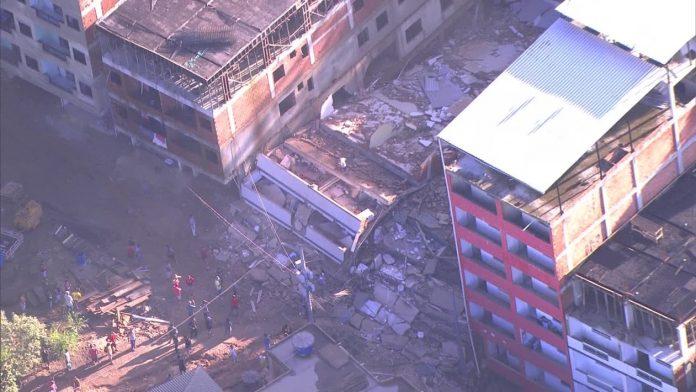 Desabamento atinge dois prédios na comunidade da Muzema, na Zona Oeste do Rio (Foto: Reprodução TV Globo)