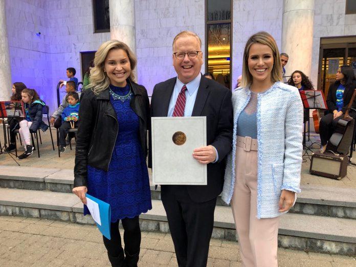 Emanuela Palmares, o prefeito de Danbury e Fernanda Pontes em Connecticut