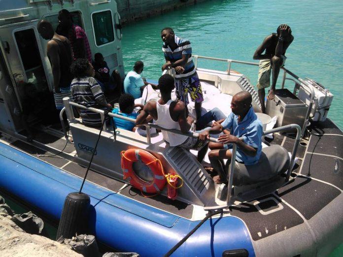 Haitianos resgatados em naufrágio nas ilhas Turcos e Caicos