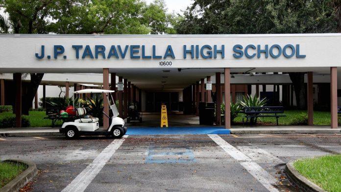 J.P. Taravella High School está em lockdown