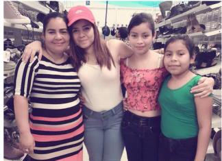Laura Maradiaga, à direita, fazendo compras com a família em Houston Cortesia FIEL Cesar Espinosa