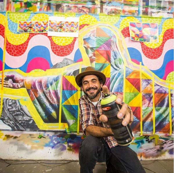 O brasileiro Kobra durante sua exposição em 2019 (foto: Reprodução Instagram)