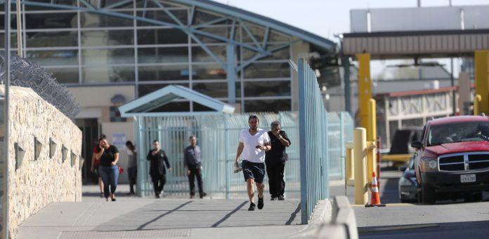 Pedestres entram nos Estados Unidos pelo México no posto de El Paso, no Texas — Foto Gerald Herbert AP Photo