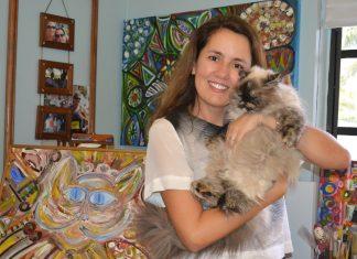 Vivi e um de seus filhos, a gatinha Samantha