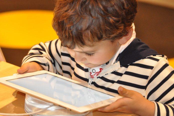 OMS alerta que crianças menores de 2 anos não devem ter contato com telas
