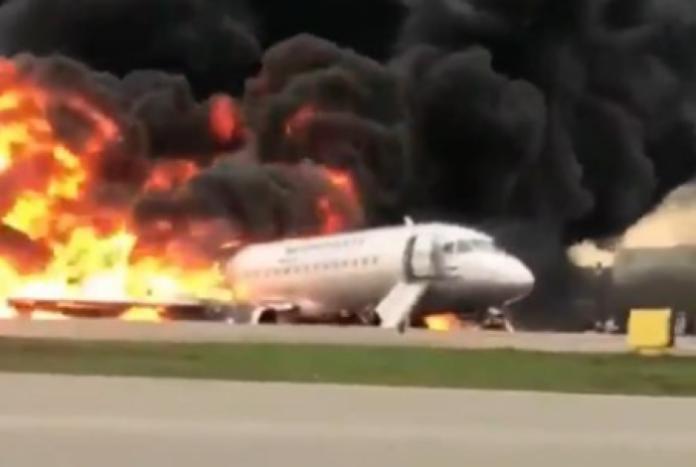 Avião pegou fogo ao fazer pouso de emergência - Reprodução Twitter
