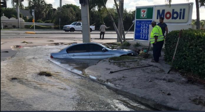 Carro ficou praticamente submerso em buraco após bater em hidrante (Foto Broward Sheriffs Office)