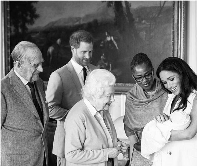 Foto divulgada no Instagram oficial da família mostra Archie sendo apresentado à rainha Elizabeth e seu marido Phillip Foto Chris Allerton @SussexRoyal