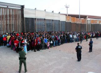 Foto divulgada pelo governo americano do grupo de 1036 imigrantes apreendidos (Foto US Customs and Border Protection)