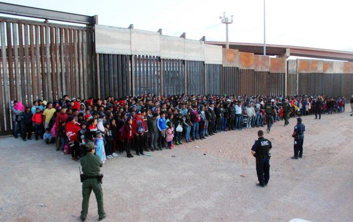 Foto divulgada pelo governo americano do grupo de 1036 imigrantes apreendidos (Foto US Customs and Border Protection)