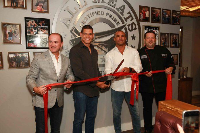 Juan Bolanos, Cesar Mutante, Vitor Belfort e Roberto Brederode cortam a fita durante a inauguração da All Meats Steak House