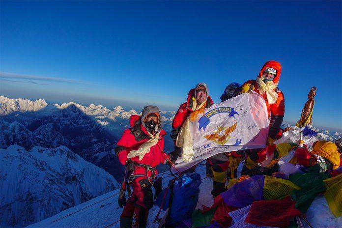 Matt Moniz, Mike Moniz, e guia posam para foto no Monte Everest (Foto: Família Moniz)