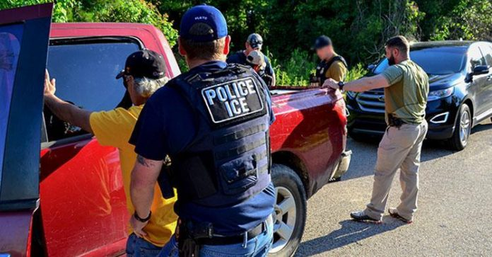 Operação realizada pelo ICE New Orleans prendeu 33 imigrantes na região FOTO ICE