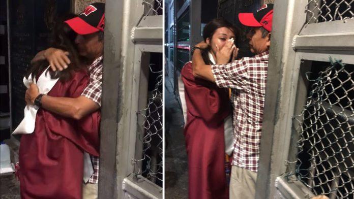 Sara Ruiz abraça o pai ainda com a roupa da formatura na fronteira dos EUA com o México (Foto reprodução do Facebook)