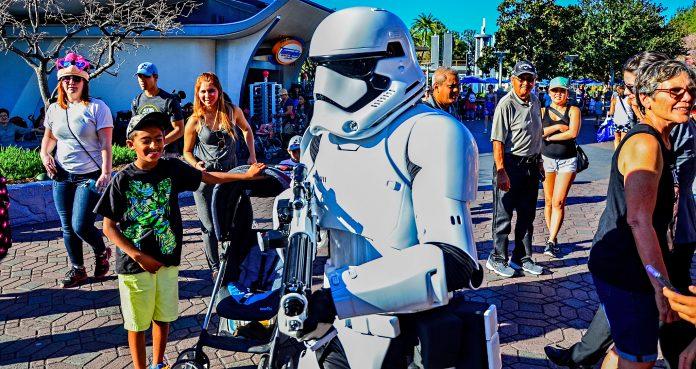 "Stormtrooper no ""Star Wars: Galaxy's Edge"" no Disneyland Resort, na Califórnia (Foto: Wikimedia Commons)"