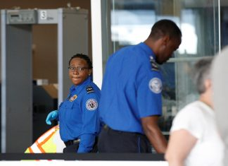 Agentes do Transportation Security Administration (TSA) agentes no Aeroporto JFK REUTERS/Brendan McDermid -