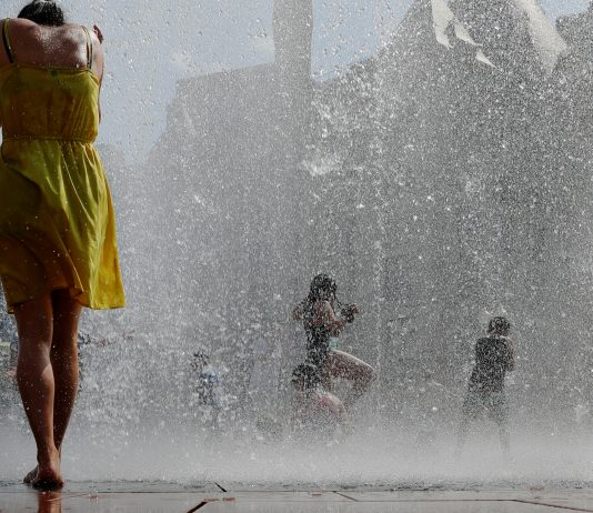 Crianças e adultos se divertem em fontes públicas em Boston, MA (Foto Brian Snyder - Reutes - direitos reservados)